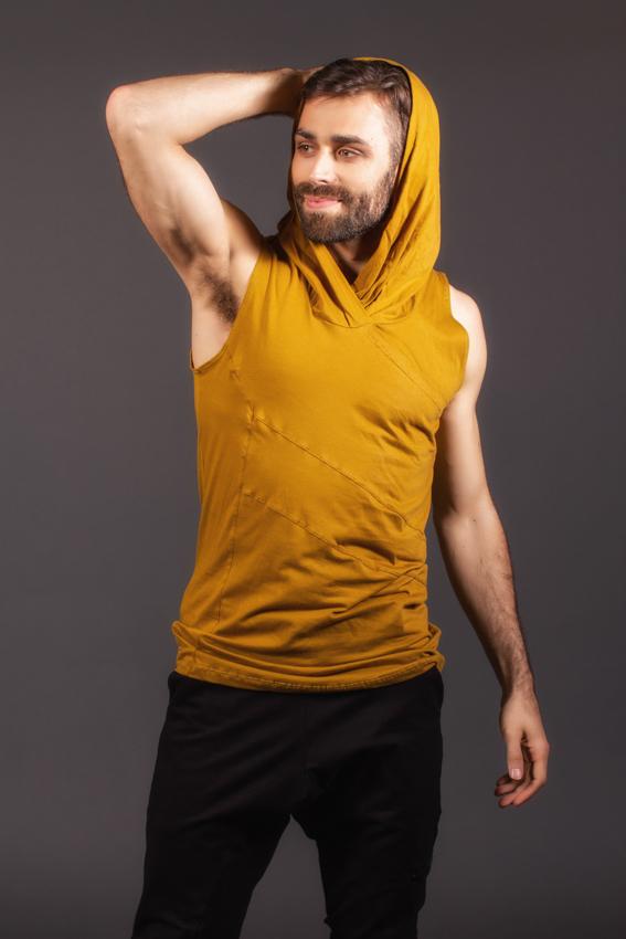 camisole ocre pour homme capuchon et col baveux