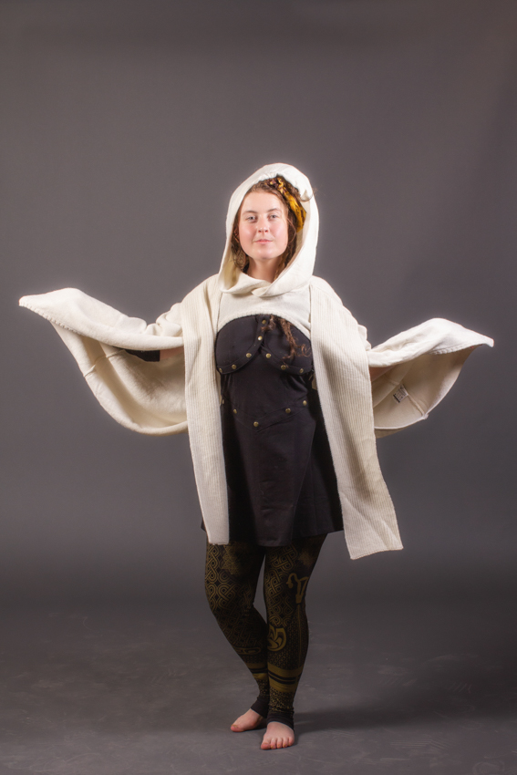 cape poncho blanche en laine alpaga avec foulard capuchon et poche plus débardeur