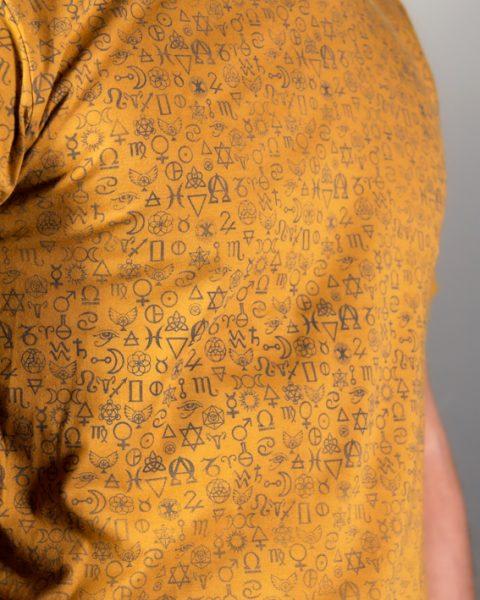 détail du t-shirt pour homme symbolika couleur ocre 100% coton mode éthique ayam creation