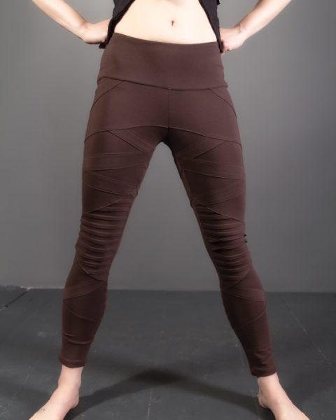 leggings warrior pentalon serré cyberpunk futuriste design avec plis aux jambe et poche à la ceinture leggings ayam creation brun