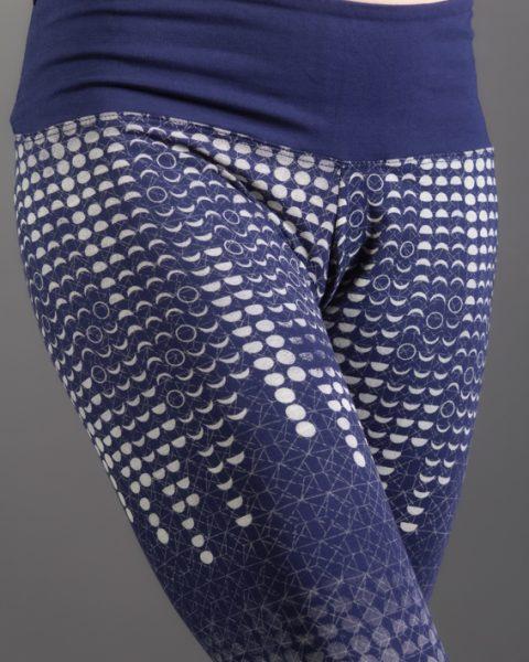 leggings yoga chi bleu imprimé des phases de la lune leggings de yoga poche à la ceinture vêtement éthique en fibres naturelles ayam creation détail ceinture