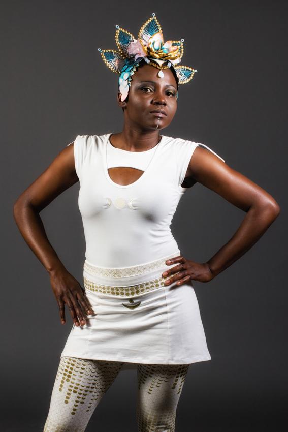 vêtement de déesse lunaire mode éthique sacrée chandail symbole de lun blanc en fibres naturelles